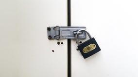 Cadenas verrouillé sur une porte Photo libre de droits