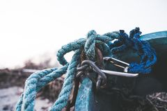 Cadenas y quickdraw de la cuerda fotografía de archivo libre de regalías