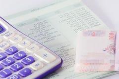 Caderneta bancária do banco com a peça da calculadora Foto de Stock