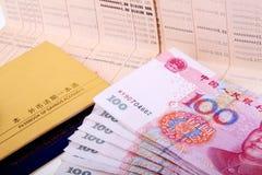 Caderneta bancária e RMB. Imagens de Stock