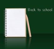 Caderno aberto ao lado pelo lápis com efeito de sombra no verde Fotografia de Stock