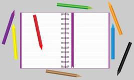 Caderno aberto com os lápis coloridos dispersados Vetor ilustração stock