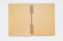 Caderno aberto da planície de Brown com anel no fundo branco e no foco seletivo Fotos de Stock Royalty Free
