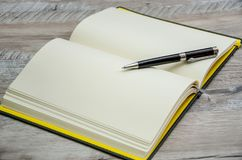 Caderno aberto e pena preta nela imagens de stock