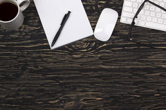 Caderno aberto, vidros, caneca, teclado de computador moderno e rato branco Fotografia de Stock Royalty Free