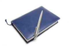 Caderno azul com marcador Fotos de Stock