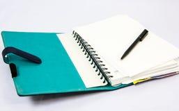 Caderno azul com pena Fotos de Stock Royalty Free