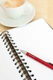 Caderno, café e Ballpoint fotografia de stock royalty free