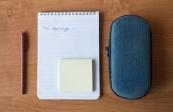 Caderno, caixa de lápis, pena e etiquetas Imagens de Stock