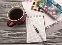 Caderno com café imagens de stock