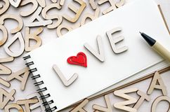 Caderno com cartas de amor e pena Imagens de Stock