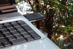 Caderno com chave do Usb 3G do modem Fotografia de Stock