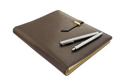 Caderno com duas penas Fotografia de Stock Royalty Free