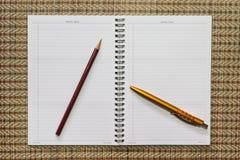 Caderno, com equipamento dos artigos de papelaria foto de stock royalty free