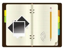 Caderno com lápis, os grampos de papel e as fotos Fotos de Stock Royalty Free