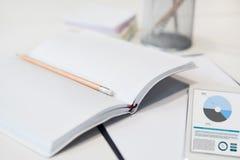 Caderno com o lápis que encontra-se na tabela Foto de Stock