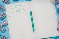 Caderno com objetivos dos anos novos para com a decoração do Natal e Fotos de Stock