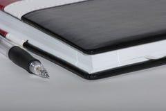 Caderno com pena imagens de stock