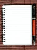 Caderno com pena Fotos de Stock Royalty Free