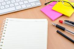 Caderno com pena e papel de nota da cor Imagens de Stock