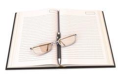 Caderno com pena e vidros Fotografia de Stock Royalty Free