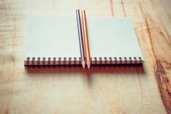 Caderno com a pena na tabela de madeira Foto de Stock