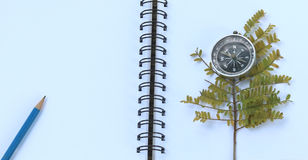 Caderno com um lápis e vidros do olho foto de stock
