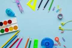 Caderno da escola e vários artigos de papelaria De volta à escola imagens de stock royalty free