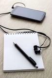 Caderno da pasta de anel aberto com telefone celular Fotos de Stock Royalty Free