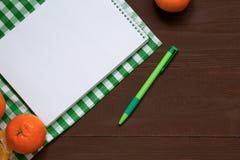 Caderno da receita com a pena no fundo de madeira marrom, vista superior fotografia de stock royalty free