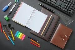 Caderno da vista superior e teclado do lápis com os acessórios colocados sobre fotografia de stock