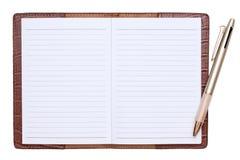 Caderno de couro com pena de esferográfica foto de stock