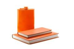 Caderno de duas laranjas e garrafa alaranjada Foto de Stock