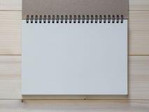 Caderno de papel no fundo de madeira foto de stock
