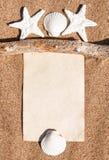 Caderno de papel, ramo seco e conchas do mar na areia Fotos de Stock