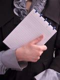Caderno do papel da preensão da mulher de Businesss Foto de Stock