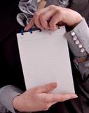 Caderno do papel da preensão da mulher de Businesss imagem de stock royalty free