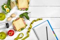 Caderno do planeamento da vista superior com espaço da cópia e sanduíche saudável do café da manhã com presunto e queijo, ovos, p Foto de Stock Royalty Free