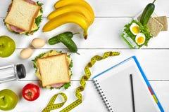 Caderno do planeamento da vista superior com espaço da cópia e sanduíche saudável do café da manhã com presunto e queijo, ovos, p Foto de Stock