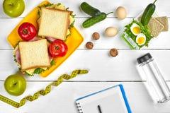Caderno do planeamento da vista superior com espaço da cópia e sanduíche saudável do café da manhã com presunto e queijo, ovos, p Fotos de Stock