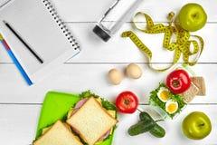 Caderno do planeamento da vista superior com espaço da cópia e sanduíche saudável do café da manhã com presunto e queijo, ovos, p Imagem de Stock Royalty Free