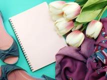 Caderno e das sapatas vida lisa ainda com fundo da cópia do espaço Foto de Stock Royalty Free