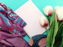 Caderno e das sapatas vida lisa ainda com fundo da cópia do espaço Fotos de Stock Royalty Free