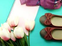Caderno e das sapatas vida lisa ainda com fundo da cópia do espaço Imagens de Stock