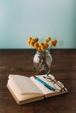 Caderno e flores Imagem de Stock Royalty Free