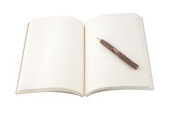 Caderno e lápis abertos da placa no fundo branco. Fotos de Stock