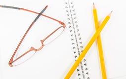 Caderno e lápis e monóculo amarelos Foto de Stock