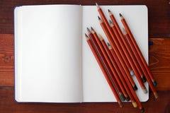 Caderno e lápis vazios fotografia de stock
