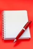 Caderno e pena brancos imagem de stock