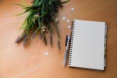 Caderno e pena em branco Fotos de Stock Royalty Free